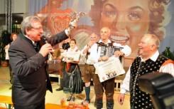 33 Podelitev nagrade vodji ansambla Janezu Peru