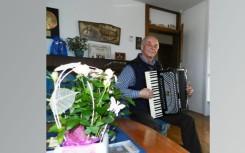 34 Edi Semeja spielt auch daheim gerne Akkordeon