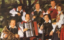 7 Ansamblu se je pridruzil se pevec Janko Ropret